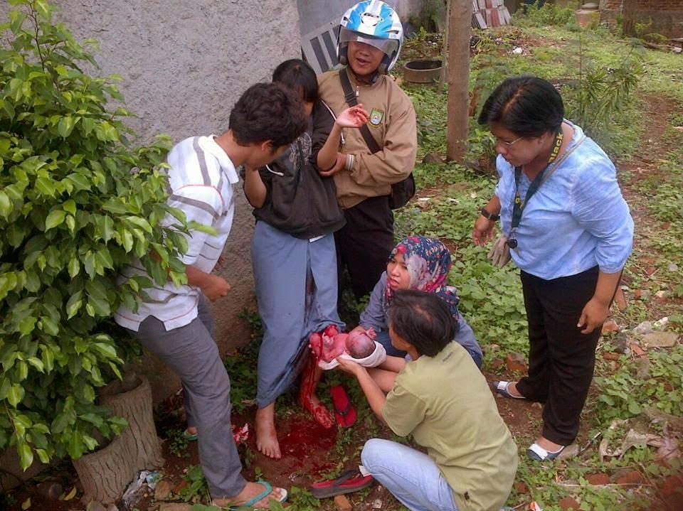 Siswi SMK di Tangerang Melahirkan Di Kebun Masih Pakai