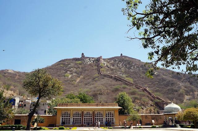 Amber Fort di lihat dari bawah bukit