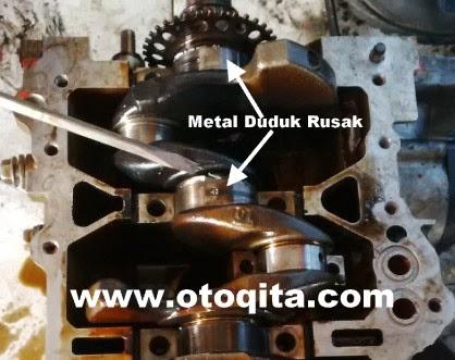 Gambar metal duduk pada kruk as mesin yang rusak