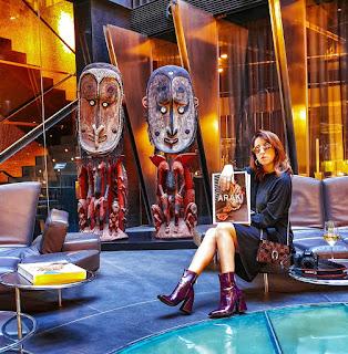 Alessia Siena in posa per Instagram nella hall dell'Urban GL hotel