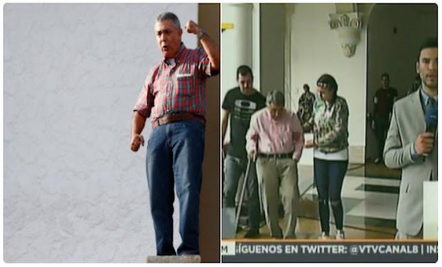 Asistido por dos personas y con un bastón: así llegó el general Vivas a la Casa Amarilla