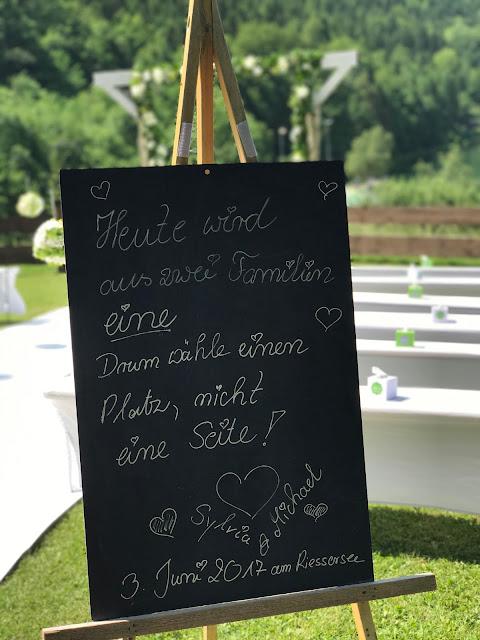 Schiefertafel Trauung, wähle einen Platz, Hochzeit in Apfelgrün und Weiß im Riessersee Hotel Garmisch-Partenkirchen, Hochzeitshotel in Bayern, heiraten in den Bergen am See