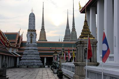 Patio extérieur à côté de Wat Pho Grand Palais à Bangkok