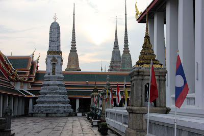 Patio all'aperto accanto al Wat Pho Grand Palace a Bangkok