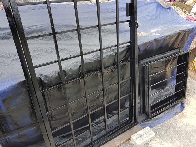 Cat gril pintu