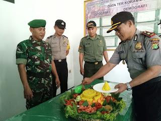 Polsek Babelan Hadiahi Tumpeng Koramil Babelan di HUT Ke-72 TNI