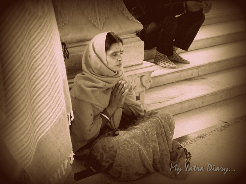 A woman prays at the Govind Devji Temple, Jaipur, Rajasthan