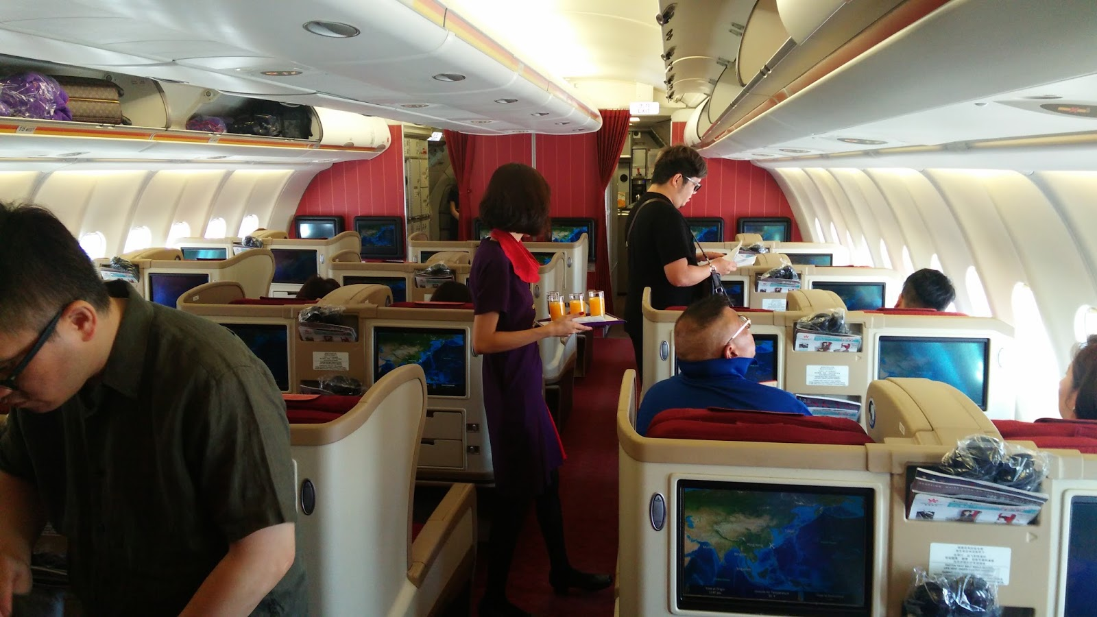 黑老闆說︱香港航空A330-300商務艙採2-2-2布局,很寬敞,紅色調裝潢很有中國風、吉祥味