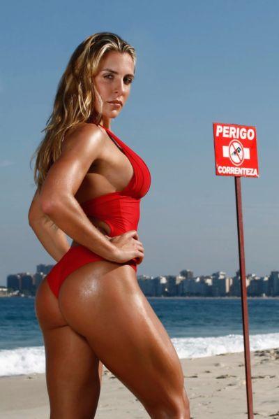 Joana Machado Foto na Praia Corpo Sarado mostrando Lindas Pernas e de Maiô Vermelho