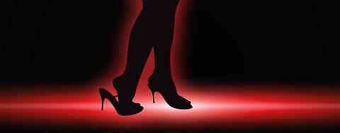 wanita memakai high heels