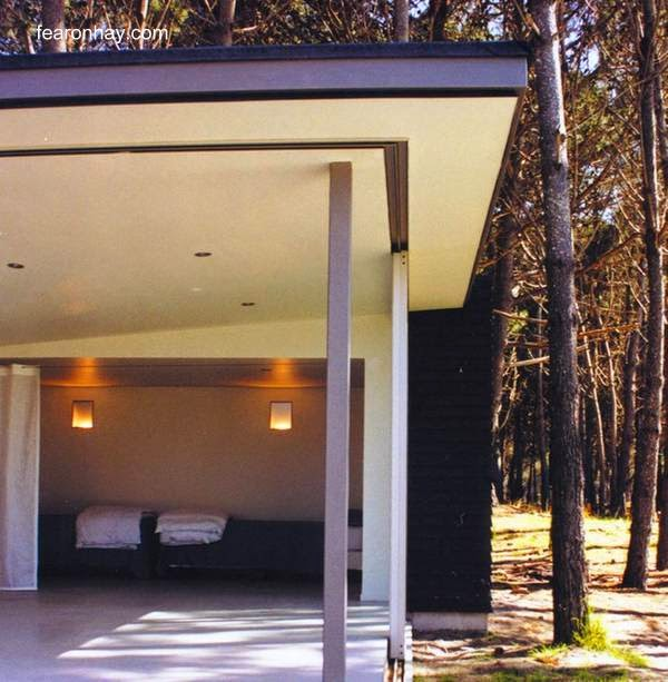 Un dormitorio abierto al entorno en la moderna cabaña de Nueva Zelanda