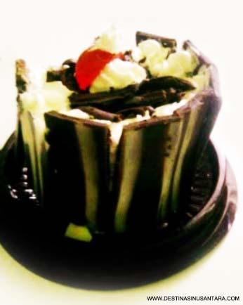 Artikel Kuliner Nusantara tentang harga, ulasan, lokasi, dan kenikmatan kue Black Forst di Foker Cake Cimahi Bandung.