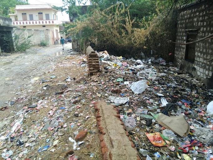 मोदरान स्मार्ट विलेज में स्वच्छ भारत मिशन की ग्राम पंचायत उड़ा रही है धज्जियां