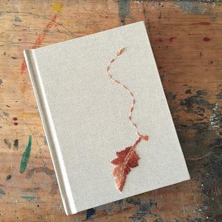 cuaderno pequeño bordado con hoja