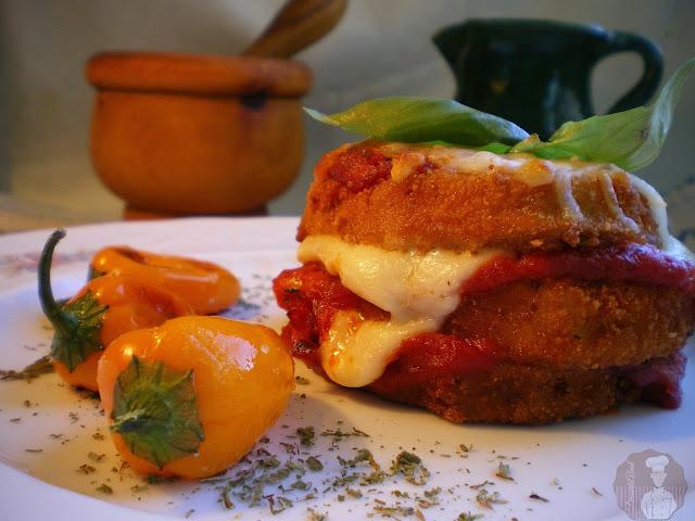 Stacks de berenjenas rebozadas con mozzarella fresca y salsa marinada