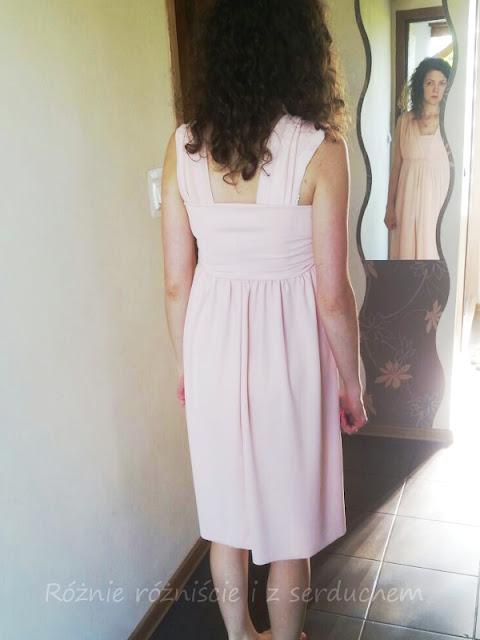 Sukienka z pasami wsuniętymi do środka
