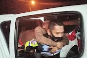 Polisi Lalu Lintas Bantu Kakek yang Terjatuh di Jalan