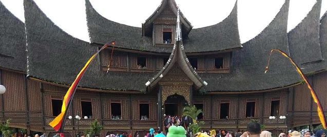 wisata istana pagaruyung yang ramai