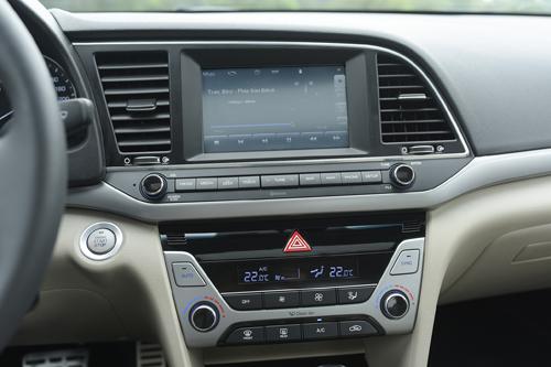 Hyundai Elantra được trang bị đầy đủ, nhất là có thêm cửa sổ trời