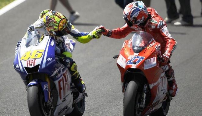 Valentino Rossi dan Casey Stoner saat bertarung di ajang MotoGP (Gotagteam)