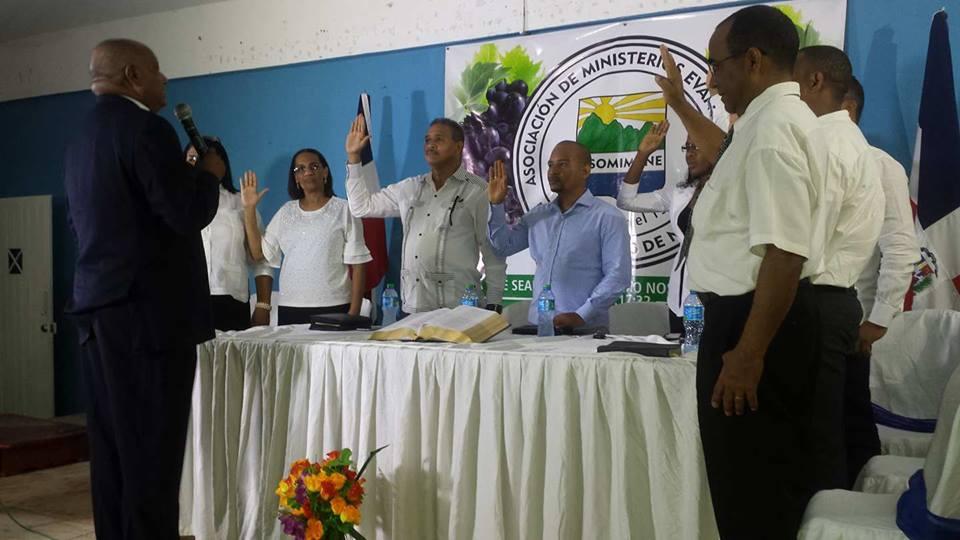 Asociación Evangélica juramenta nueva directiva; elige al pastor Cesar Matos nuevo presidente.