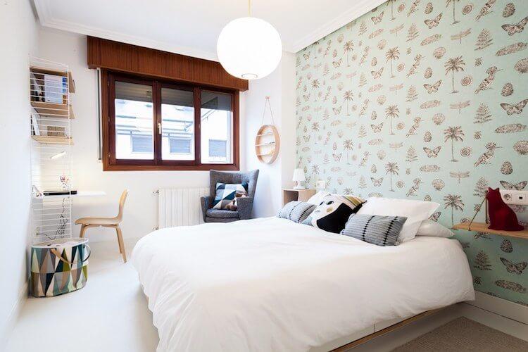 pequeño dormitorio con zona de lectura y de estudio