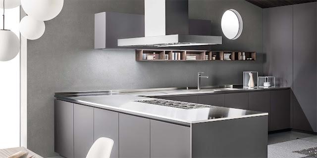 """Cucina laccata grigio opaco con maniglie """"a gola""""."""