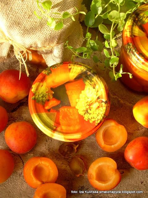 owoce z nalewki, morele, morele w syropie, przetwory, spiżarnia