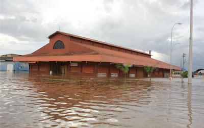 Praça do Porto do Cai N'água inundada pelo Rio Madeira