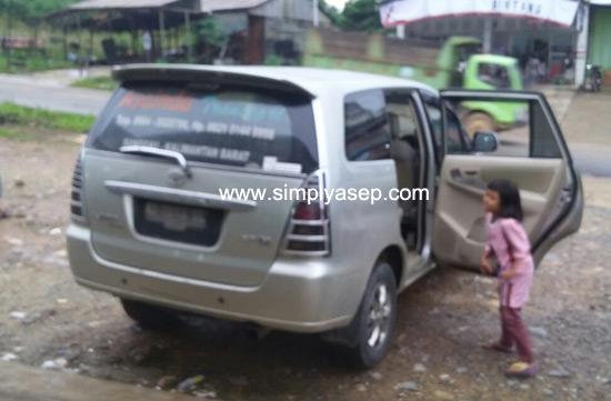 MOBIL :  Anak anak bisa mabuk dalam mobil saat berkendaraan seperti ini.  Anak anak saya sudah sering mengalaminya.  Foto Asep Haryono