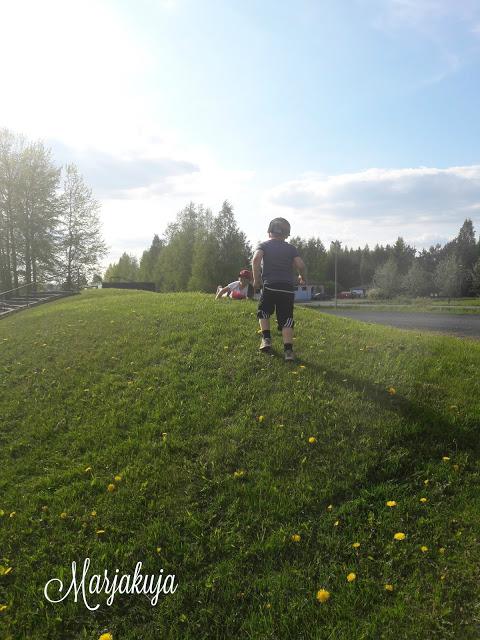 urheilukentalla lapset liikkuu