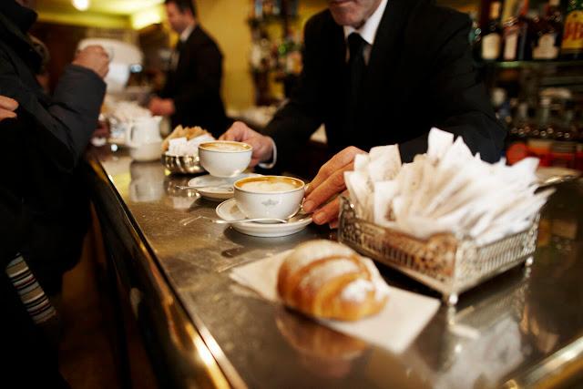 Hãy làm như vậy nếu bạn muốn hòa hợp với văn hóa cà phê của người Ý. Bởi nếu bạn gọi một tách Cappuccino sau bữa trưa tại một quán bar địa phương, mọi người sẽ nhìn bạn bằng ánh mắt rất kỳ lạ.    Về nguồn gốc của thói quen trên, có người giải thích vì Cappuccino gây rối loạn tiêu hóa vào buổi chiều, cũng có ý kiến cho rằng bởi vì bọt và kem trong Cappuccino đã được coi là thứ thay thế cho một bữa ăn rồi. Vì vậy, nếu muốn uống Cappuccino, sẽ là tốt hơn nếu bạn dùng chúng vào buổi sáng.
