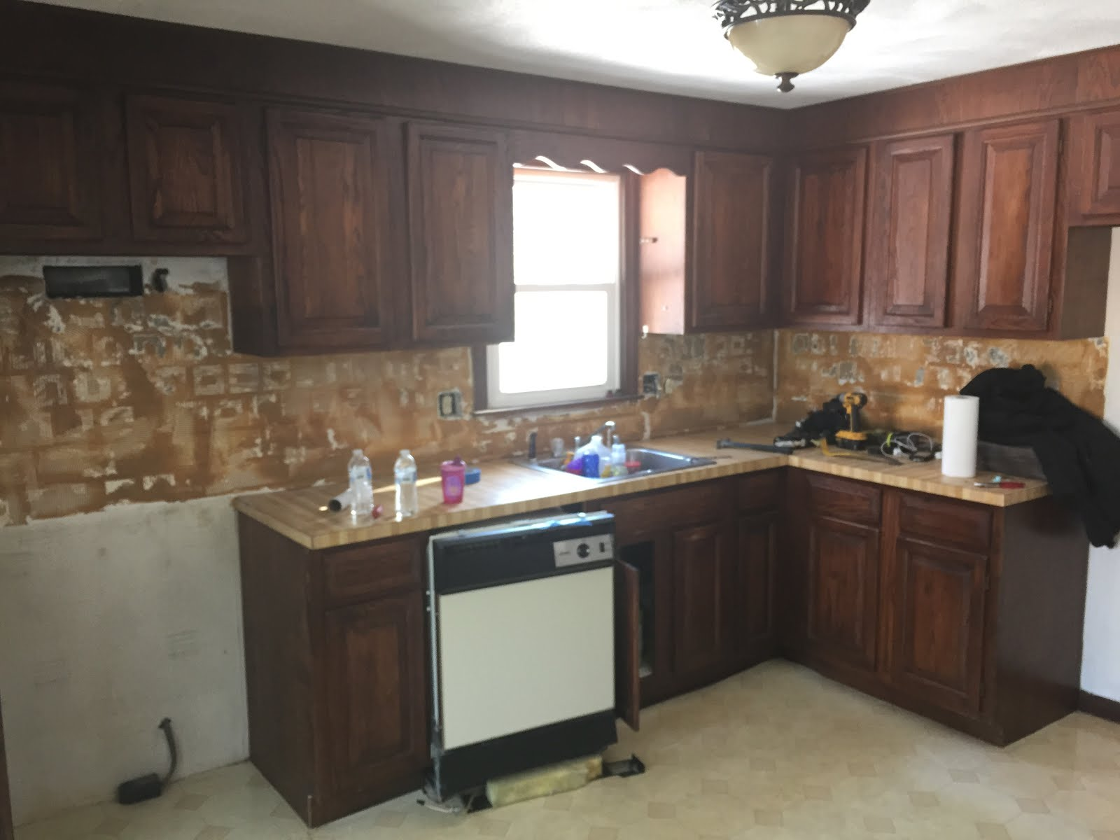 outdate 70s L shaped kitchen