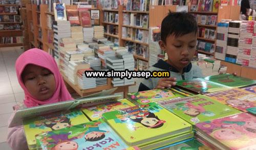 MEMBACA : Mengajak mereka menyukai bahan bacaan dan membaca bisa dilakukan dengan cara yang menyenangkan misalnya ke toko buku, selain membaca mereka juga bisa langsung memiliki buku idaman mereka. Foto Asep Haryono
