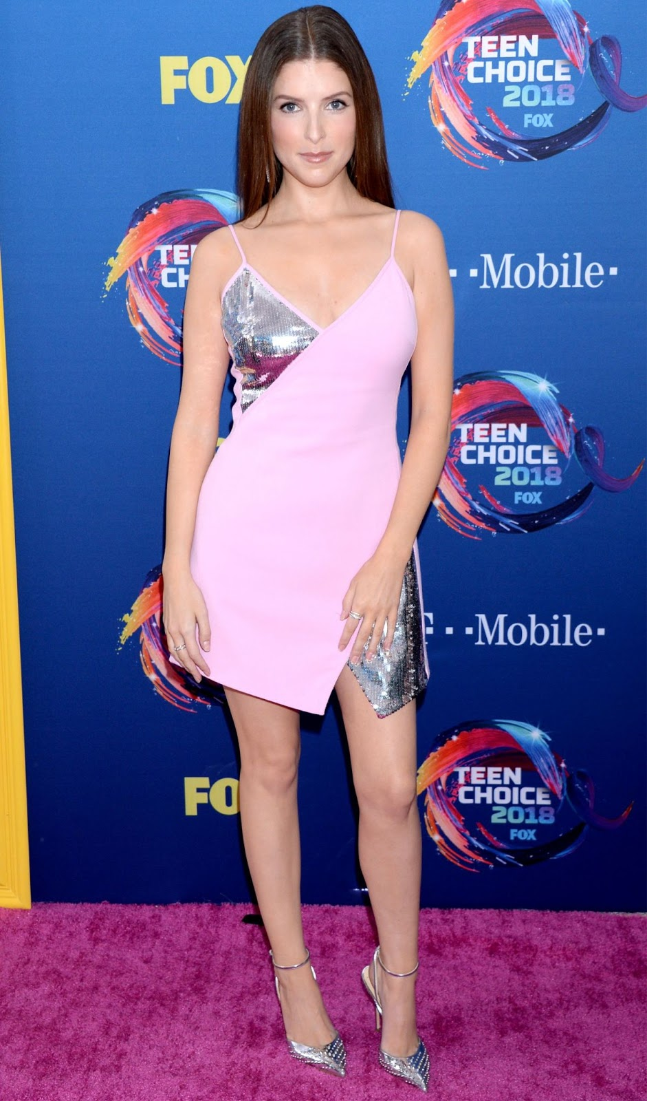 Anna Kendrick stuns in mini dress at the 2018 Teen Choice Awards