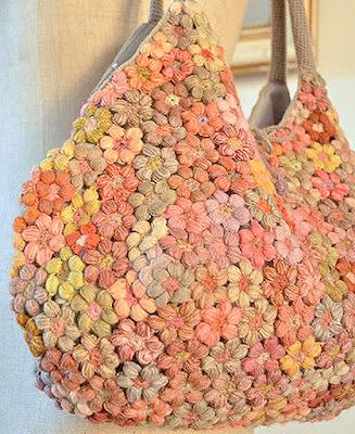 Bolsa de croche feita toda com mini flores unidas e coloridas