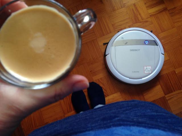 a beber café enquanto o deebot trabalha
