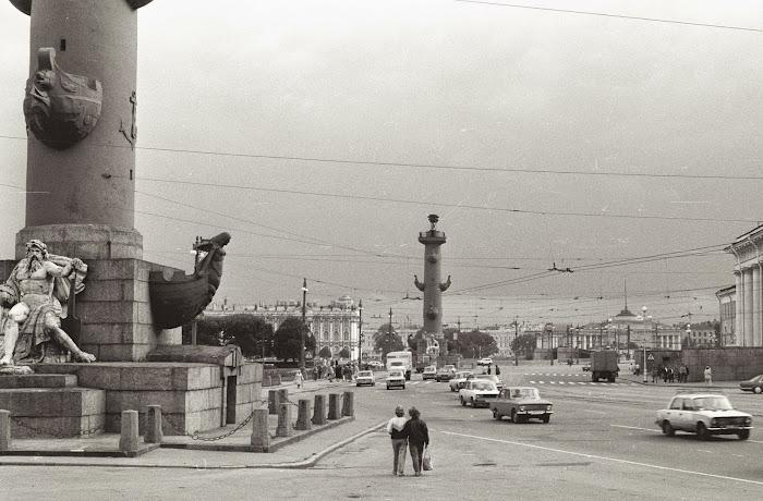 Saint-Pétersbourg, Leningrad, rue Birzhevaya, colonnes rostrales, © L. Gigout, 1990