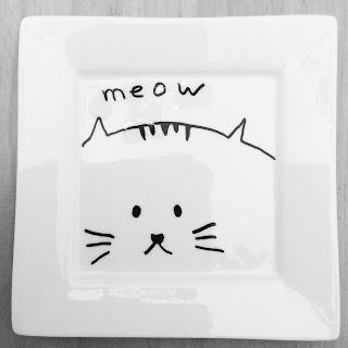 stilisierte Katze in Schwarz auf Teller