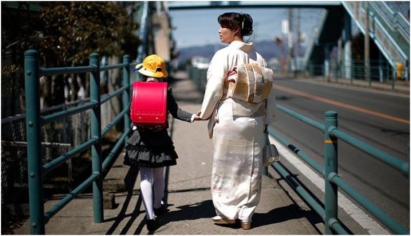 Orang tua di Jepang mengantarkan anaknya di hari pertama sekolah