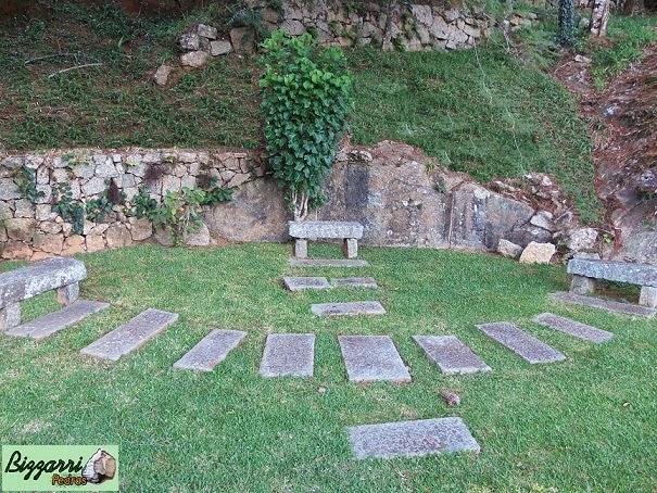 Construção de muro de pedra rústica com os caminhos de pedra e os bancos de pedra com a execução do paisagismo natural.