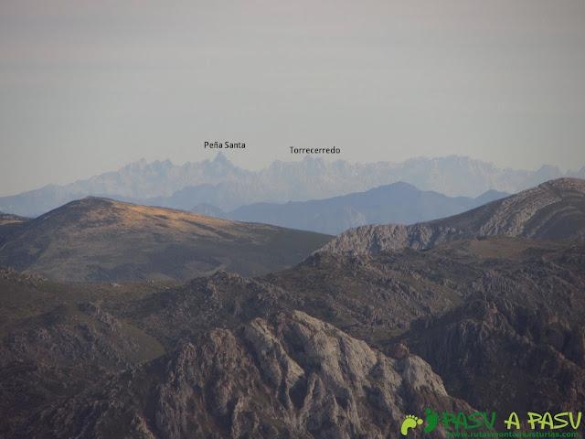 Vista del Torrecerredo y Peña Santa desde el Pico Mocoso