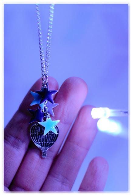 sautoir montgolfière et étoiles bleu violet
