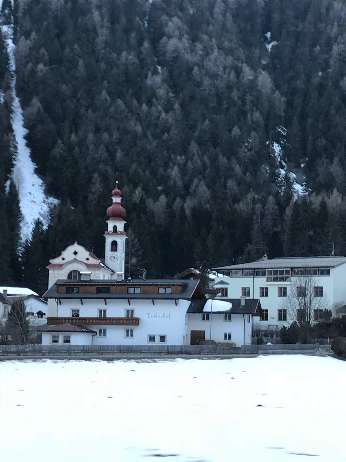 Ma attenzione l Alto Adige non ¨ solo caratteristici tetti a spiovente mercatini di Natale e piste di sci Qui antico e moderno convivono fra tradizione e