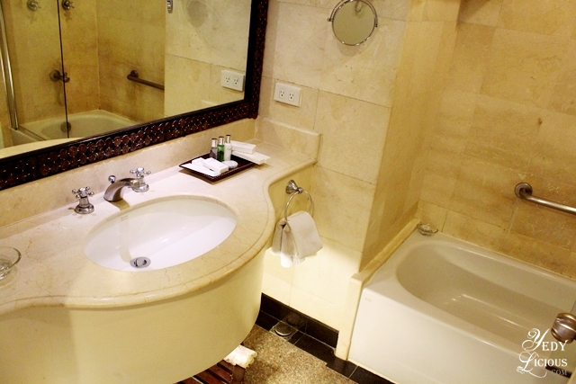 Bathroom with bathtub at Premiere Suite of Vivere Hotel