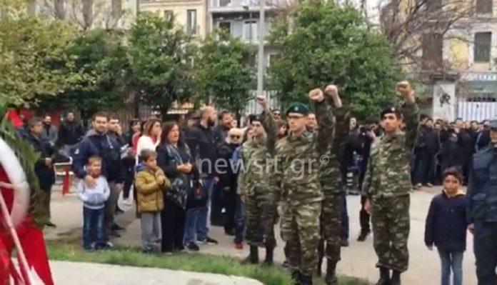 Μονό στην Ελλαδα: συμμορίτες στρατιώτες μέλη του ΚΚΕ στο Πολυτεχνείο – Χαιρέτησαν με υψωμένη γροθιά
