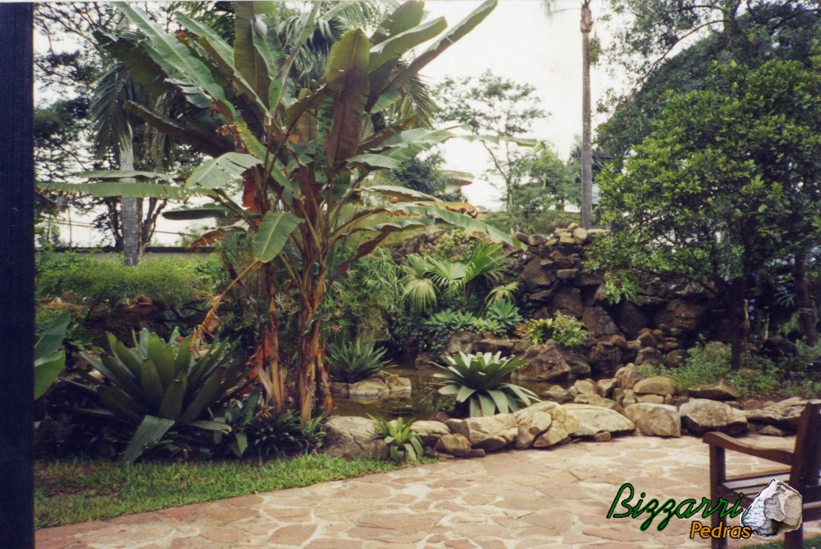 Execução do calçamento de pedra com pedra cacão de São Carlos nessa alameda na Casa da Fazenda Morumbi com o paisagismo.