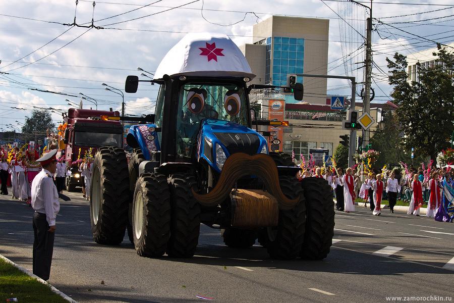Трактор на параде в честь тысячелетия единения мордовского народа с народами России