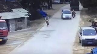 شاهد بالفيديو كيف تخطى السائق حادت خطير