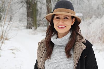 trendy, kapelusz, długi sweter, jak nosić swetry, obszerne swetry, co nosic zima, moda zima, co nosic zima, winter wonderland, buty za kolano, mięta, szary, szary sweter, blog moda, novamoda style, co nosić zimą, moda po 40ce, stylizacje modowe